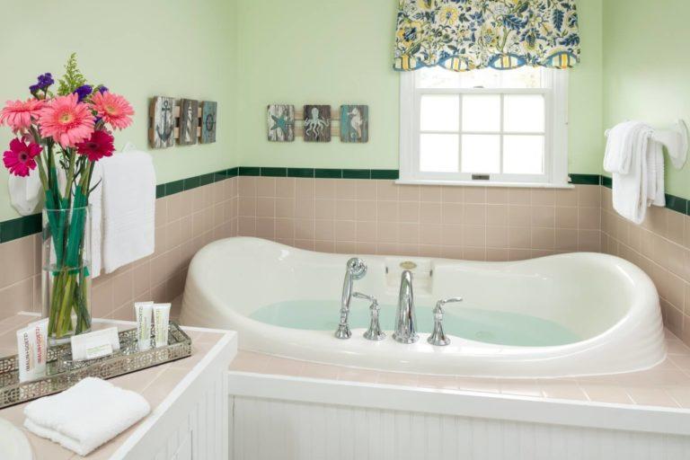 bathroom tub with flowers